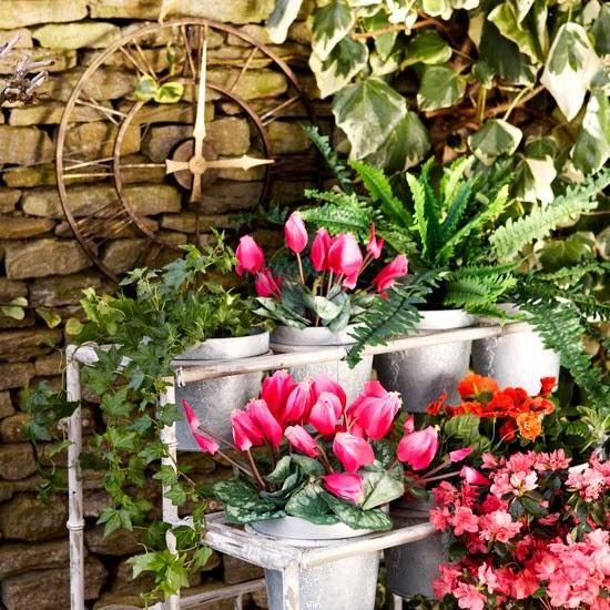 imagens jardim florido:Estruturas de suporte com baldes de flores..